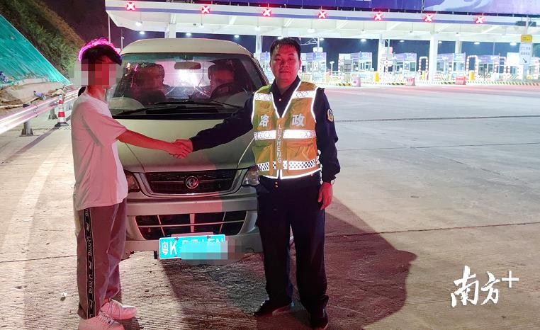 故障车司机对茂湛高速官渡路政中队路政员的热心帮助表示感谢。