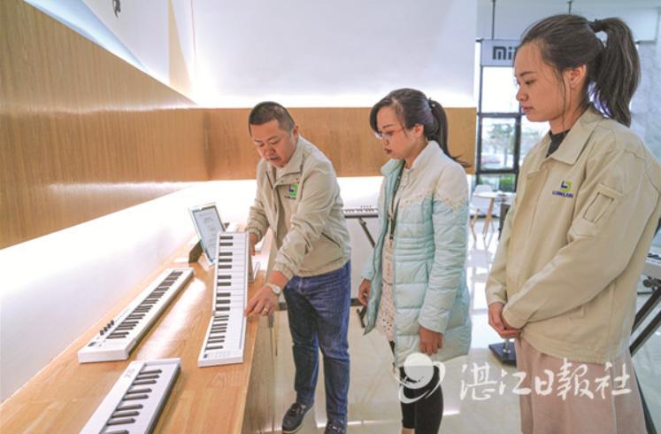 龙建集团负责人展示折叠钢琴。