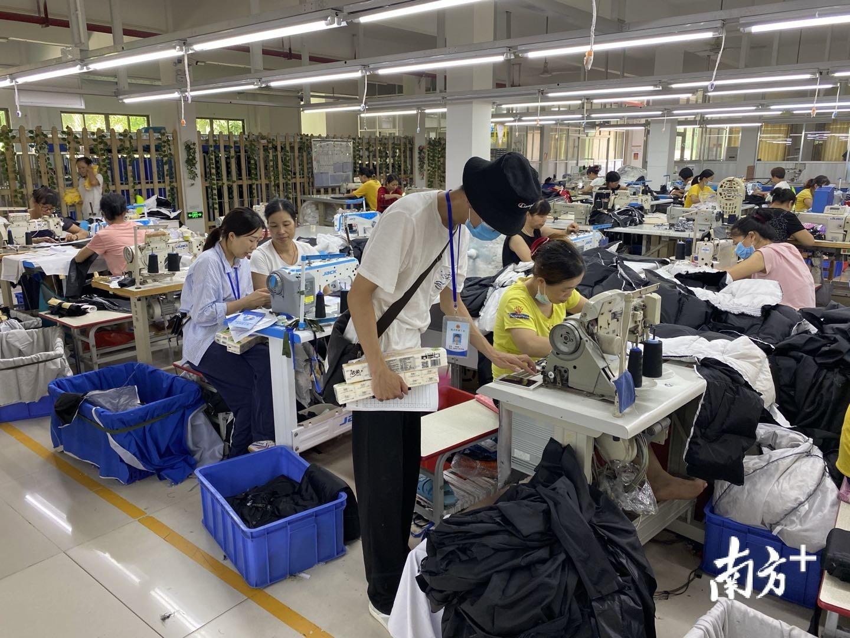 """吴川市总工会小分队深入工厂车间推进""""粤工惠""""APP实名登记。"""