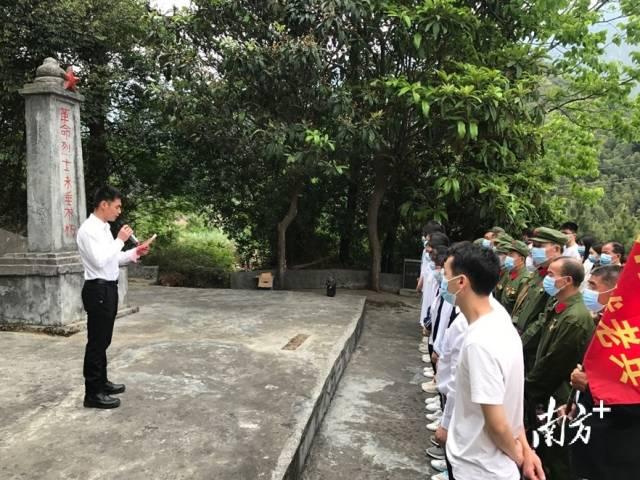 """4月2日,连州市西江镇在大岭革命烈士陵园组织开展""""传承红色基因·清明祭英烈""""主题活动。"""