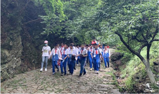 韶关市第一中学七年级学生在梅关古道进行研学活动