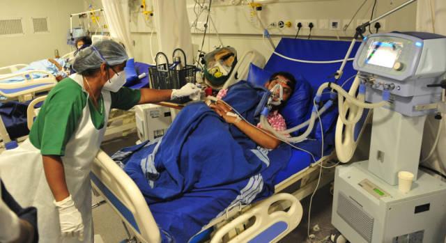 4月30日,新冠患者在印度班加罗尔的一家医院接受治疗。新华社发