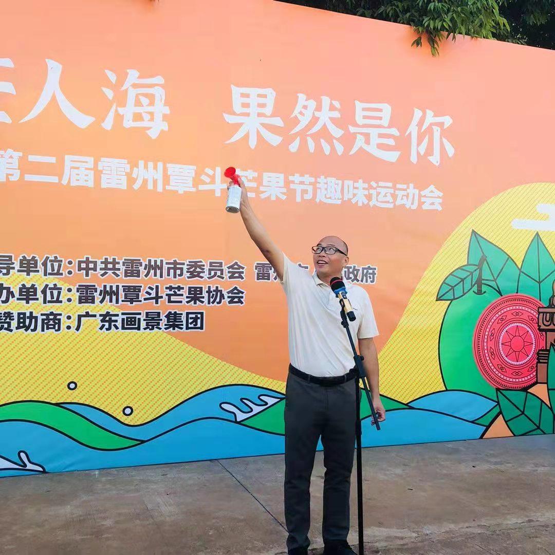 雷州覃斗镇党委副书记、镇长许海波鸣笛。