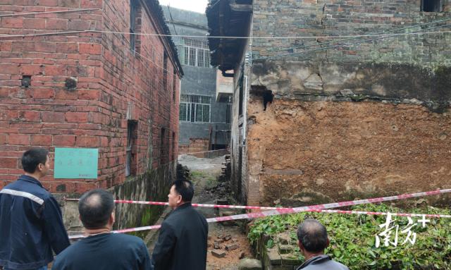 联西驻村团队开展危旧房排查,贴警示拉警戒线确保村民安全。