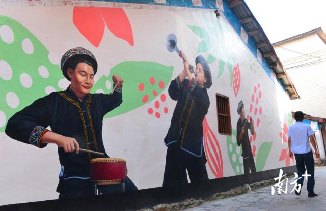 蒙峒古村通过粉刷壮瑶八音、壮族歌舞等3顿文化主题墙绘的方式,展示壮瑶文化。