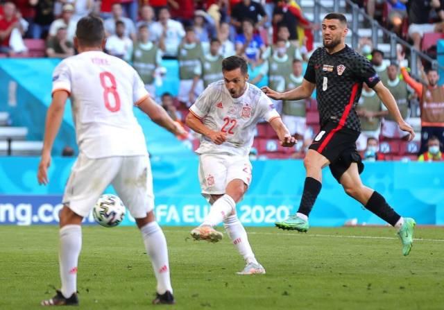 6月28日,西班牙队球员萨拉维亚(中)攻入球队首球。新华社/欧新