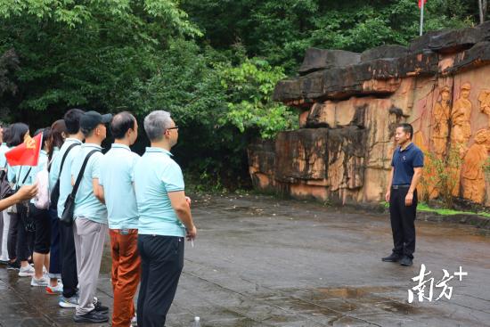 连山县委常委、宣传部部长王少锋在红七军浮雕广场给党员干部上党课。