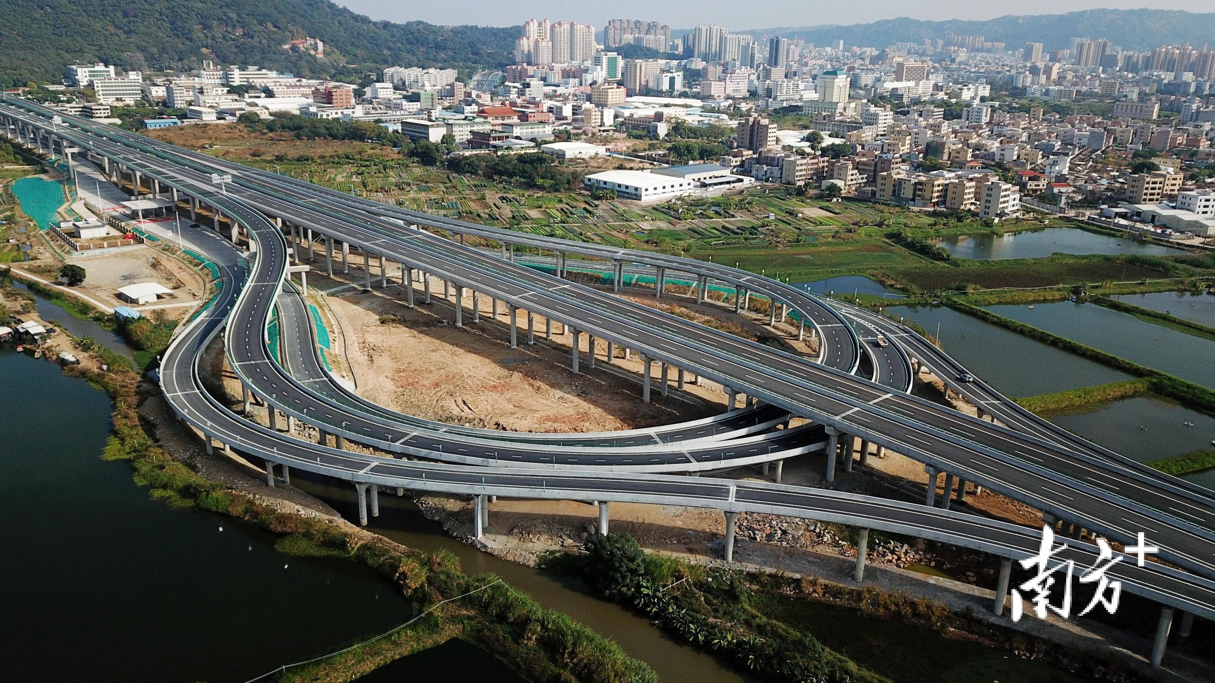 """汕头重点项目建设跑出""""加速度""""。图为潮汕环线高速。张伟炜 摄"""
