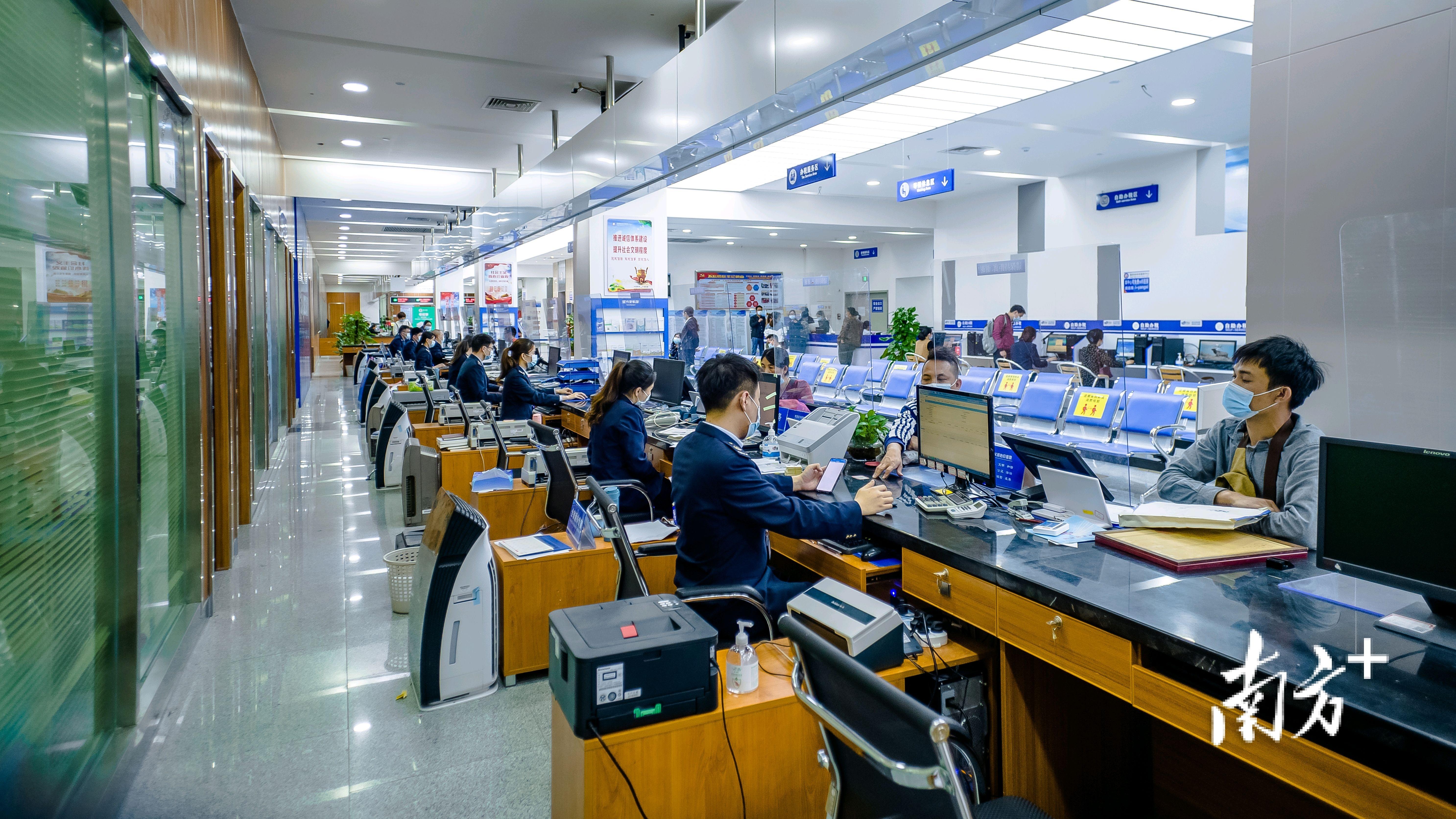 在阳西县政务服务中心,窗口工作者着装统一、服务热情。李善周 摄
