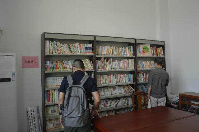 暨大实践团参观农家书屋。颜丹敏摄