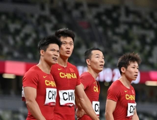 8月6日,中国队队员苏炳添、谢震业、吴智强和汤星强(从左至右)在比赛后。当日,在东京奥运会田径男子4x100米接力决赛中,中国队获得第四名。(来源:新华社)