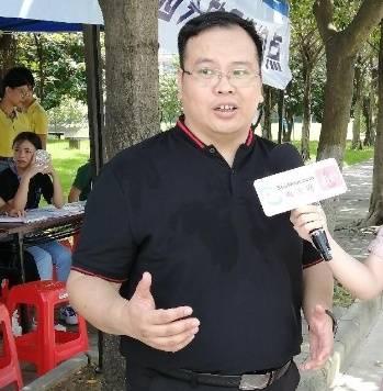 广州城市理工学院招生办主任梁浩汗如雨下地进行招生宣传工作。