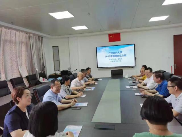 """广州医科大学走进中学进行招生宣传工作。各地进中学的招生宣传工作成了高校每年的""""固定课程""""。"""