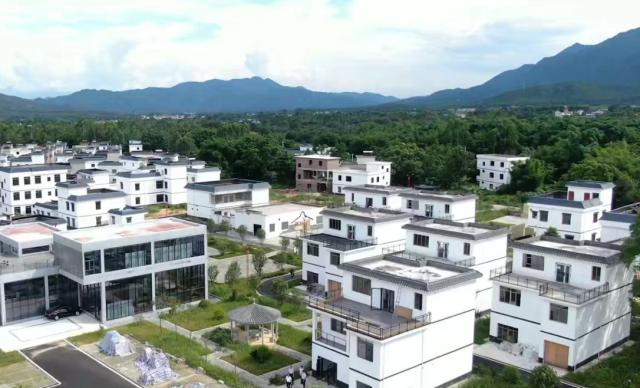图为在农行金融助力下焕然一新的松岗村。