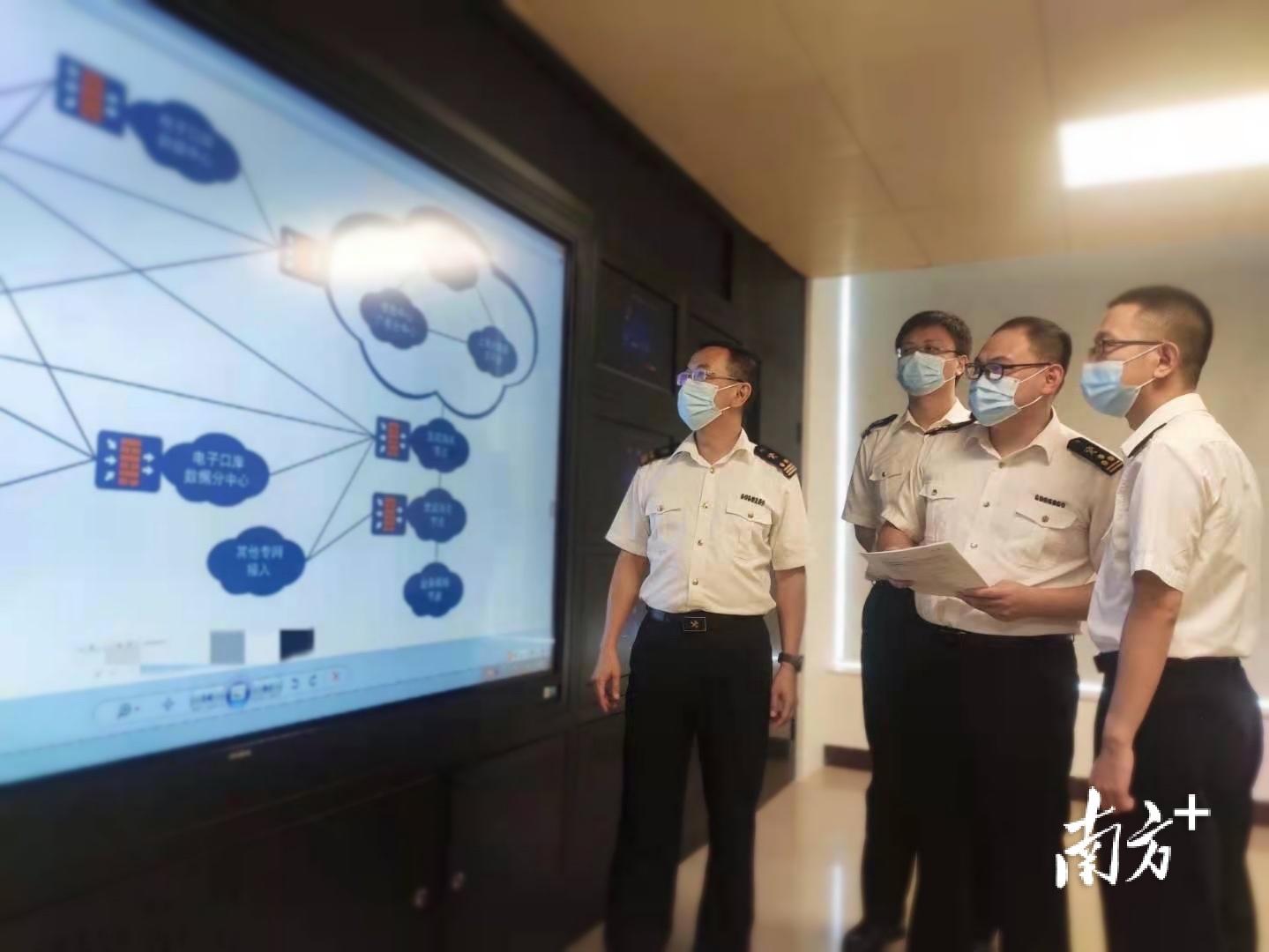 汕头海关科技人员协助解决基层联网技术问题。  陈琳 摄