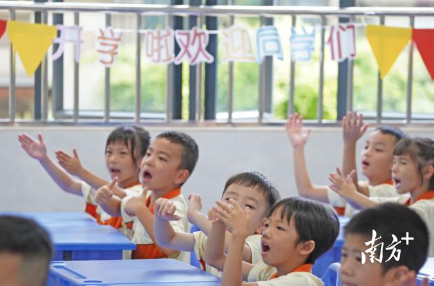 文华小学开学第一天,孩子们在新教室里上第一节课。