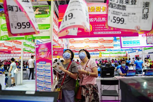 旅游大卖场上,优惠的旅游线路吸引了众多市民前来淘货。 南方+ 张迪 拍摄