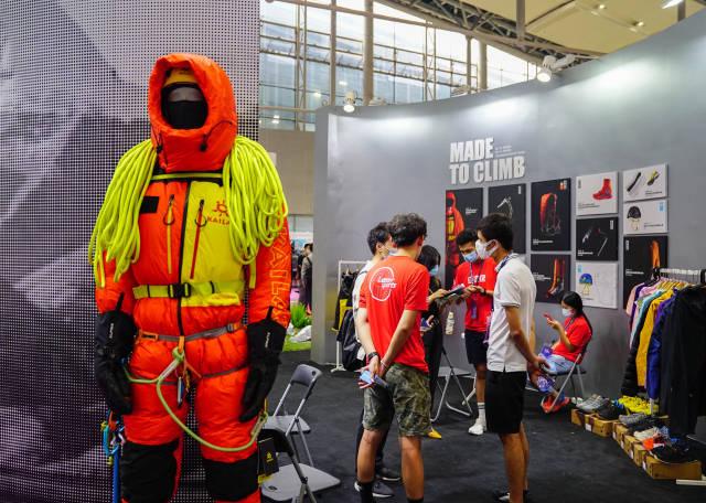 专业户外运用用品供应商凯乐石首次参展旅博会,亮出了登雪山的户外运动装备。 南方+ 张迪 拍摄