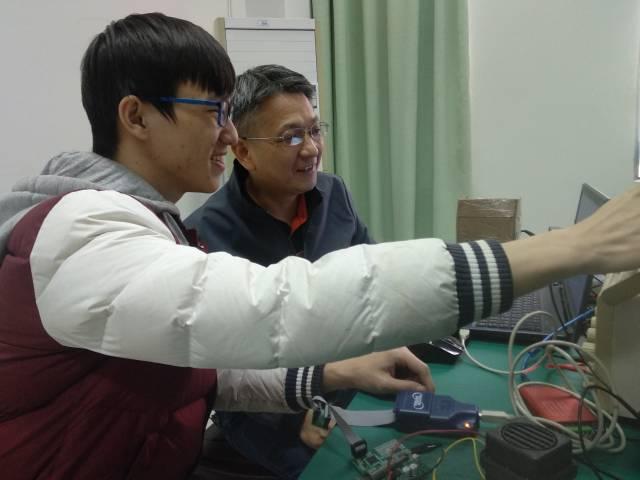 黎旺星(右一)指导学生开发企业项目。