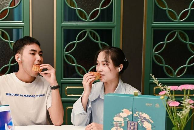 消费者边听粤曲边尝广式月饼。新华社记者王丰通联