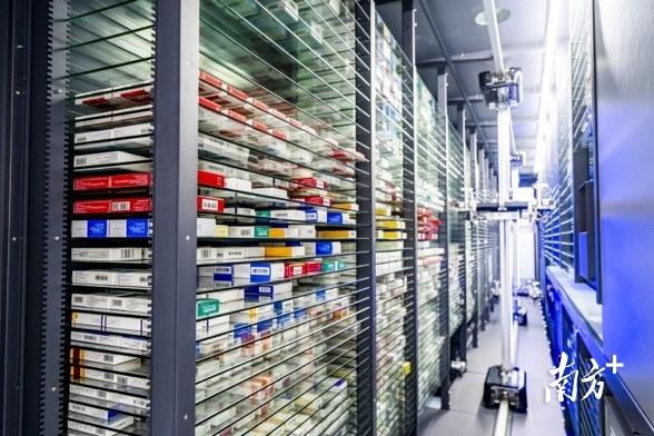 汕头市中医医院新院区门诊药房安装的全自动发药机可储存上万盒药品。  通讯员/受访者   供图