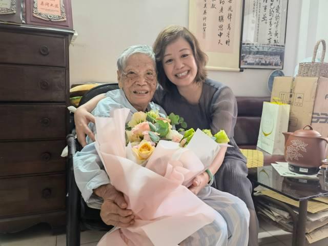 9月10日,教师节,黄爱廉与学生陈伟菊合影。