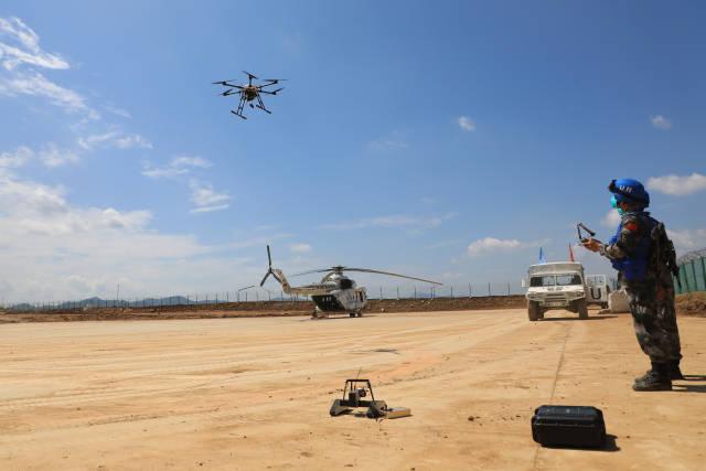 """9月8日,在""""共同命运-2021""""国际维和实兵演习专业分训中,参演官兵操作搜排爆无人机对临时基地进行搜索。新华社发"""