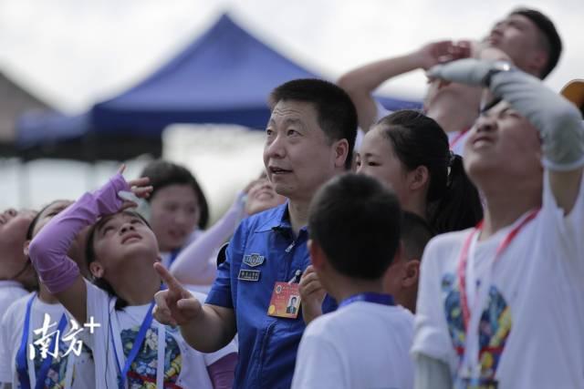 杨利伟在文昌发射场与孩子们共同见证天舟三号发射。