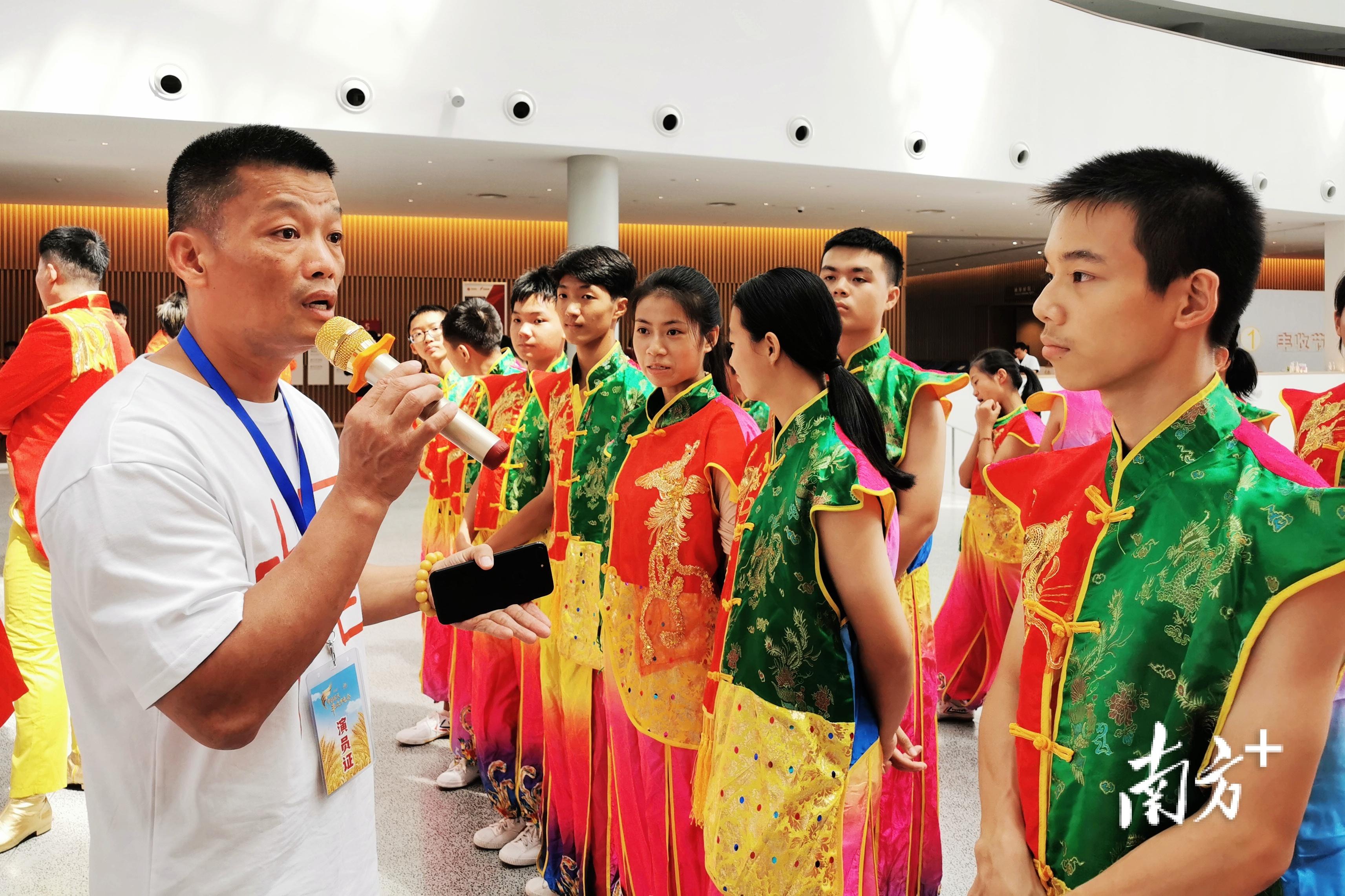 邱顕达指导学员排练潮汕鲤鱼舞。受访者供图