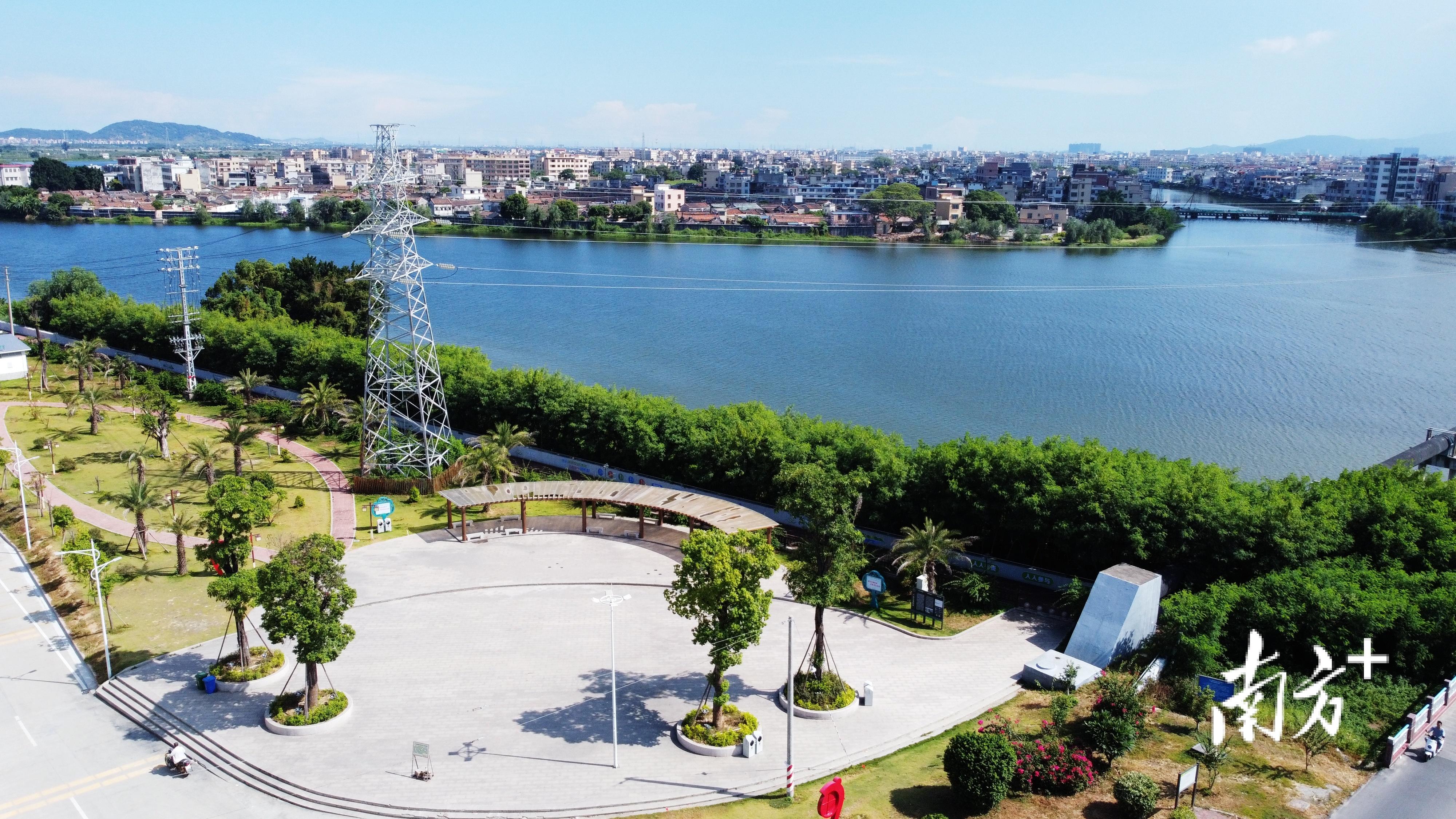 和平镇和平大桥旁的滨江公园,为新和社区居民提供一个亲水活动场所。  南方+ 张伟炜 拍摄