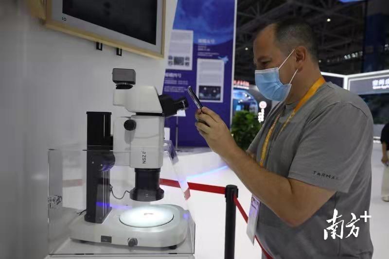 观众用显微镜观察月球样本。