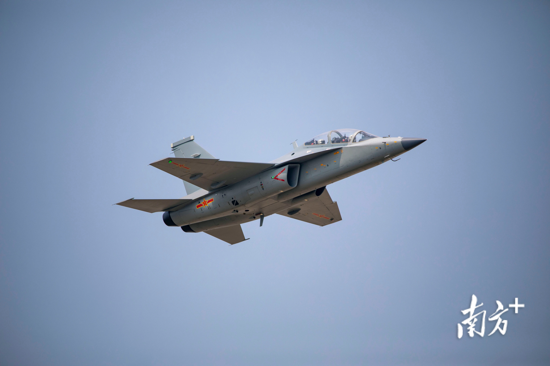 教-10第一次亮相中国航展,收获了一片掌声:飞得太好了!  南方+ 钱文攀 拍摄