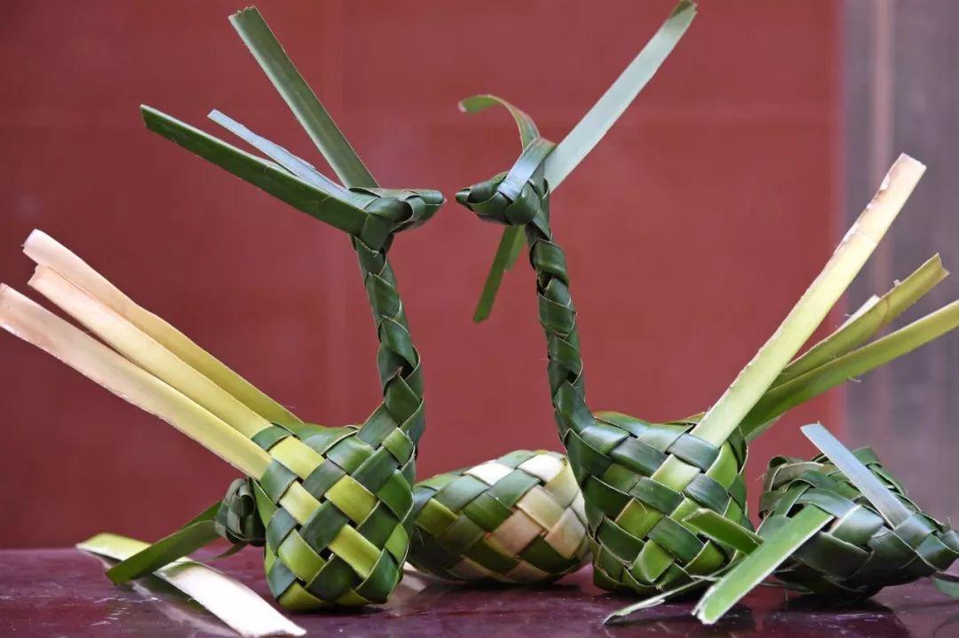 簕鼓鸡造型独特,既是美食,又如同一件工艺品。