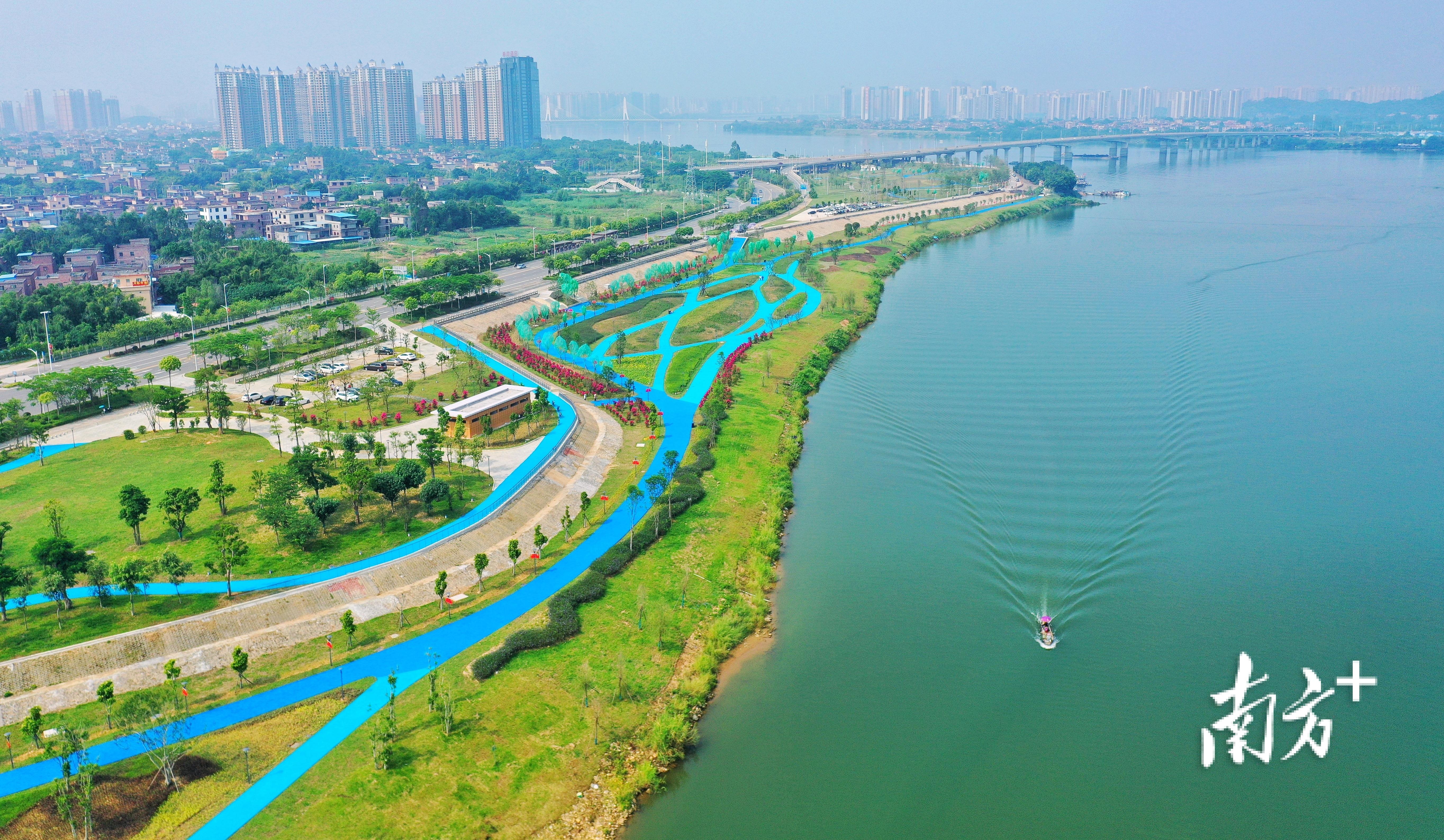 国庆佳节首日,清远北江南岸公园约5.2公里的郊野游乐之路正式开园,标志着南岸公园约8.1公里碧道全段贯通。
