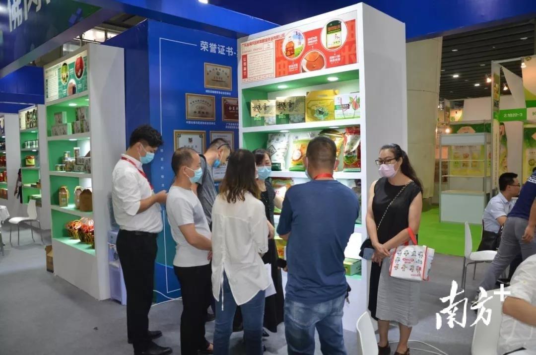 在佛冈专区展位宣传推介特色农产品。