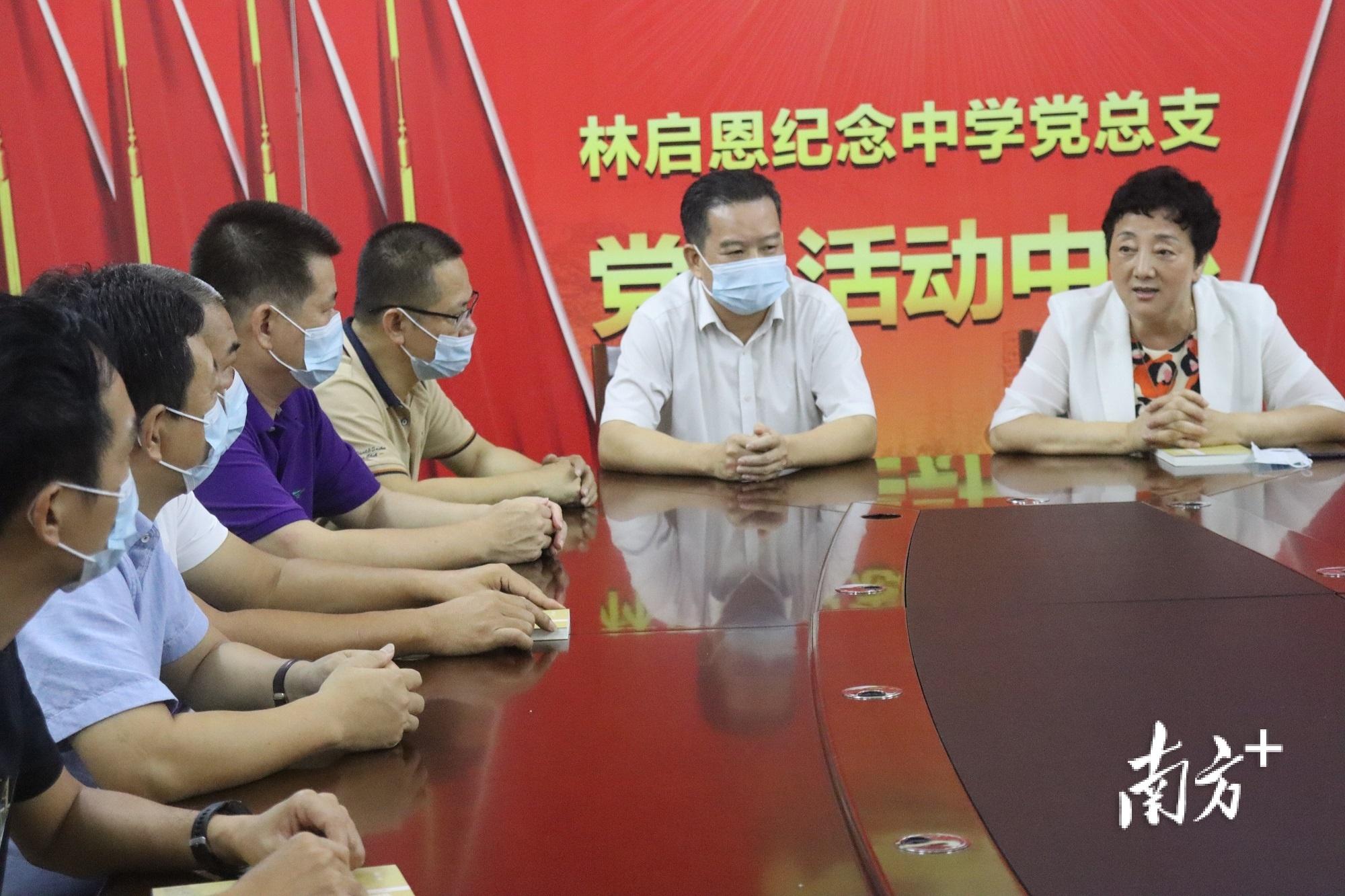 捐赠仪式后举行座谈会。 南方+ 郭杨阳 拍摄