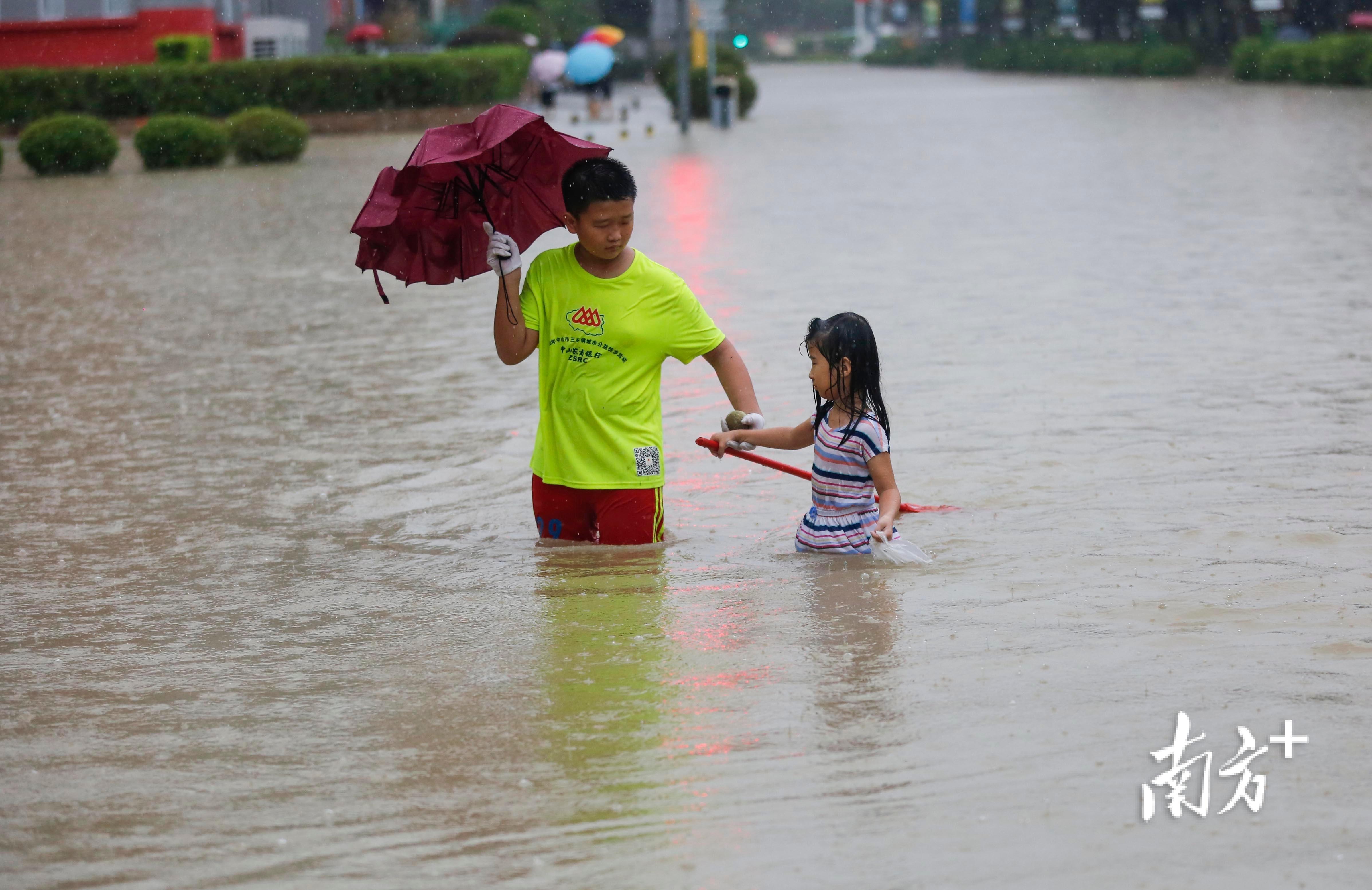 10月10日11时许,三乡镇景观大道水浸严重。 南方+ 叶志文 摄