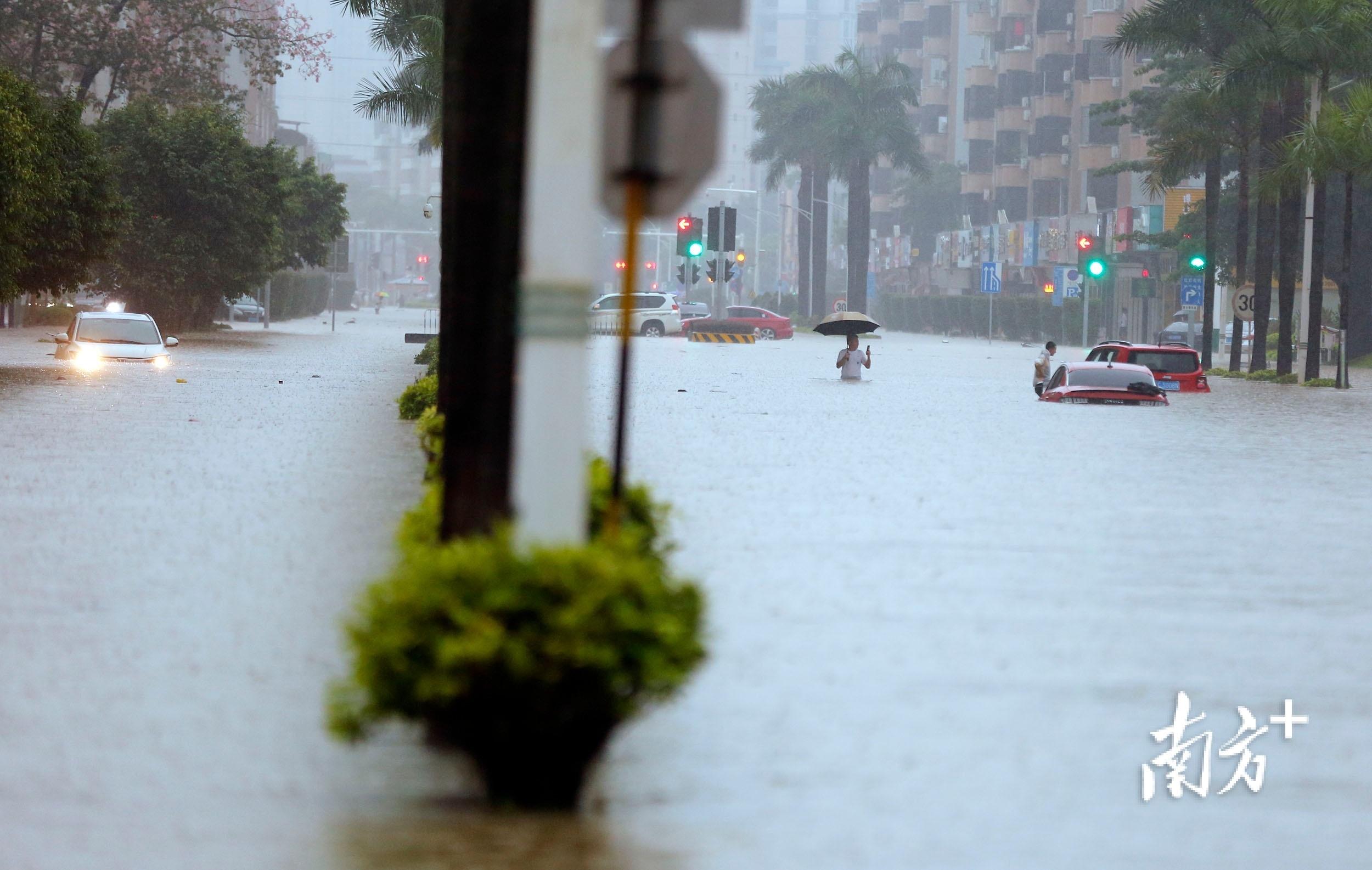 10月10日12时30分,三乡镇新城路,几辆小车在积水中抛锚。 南方+ 叶志文 摄