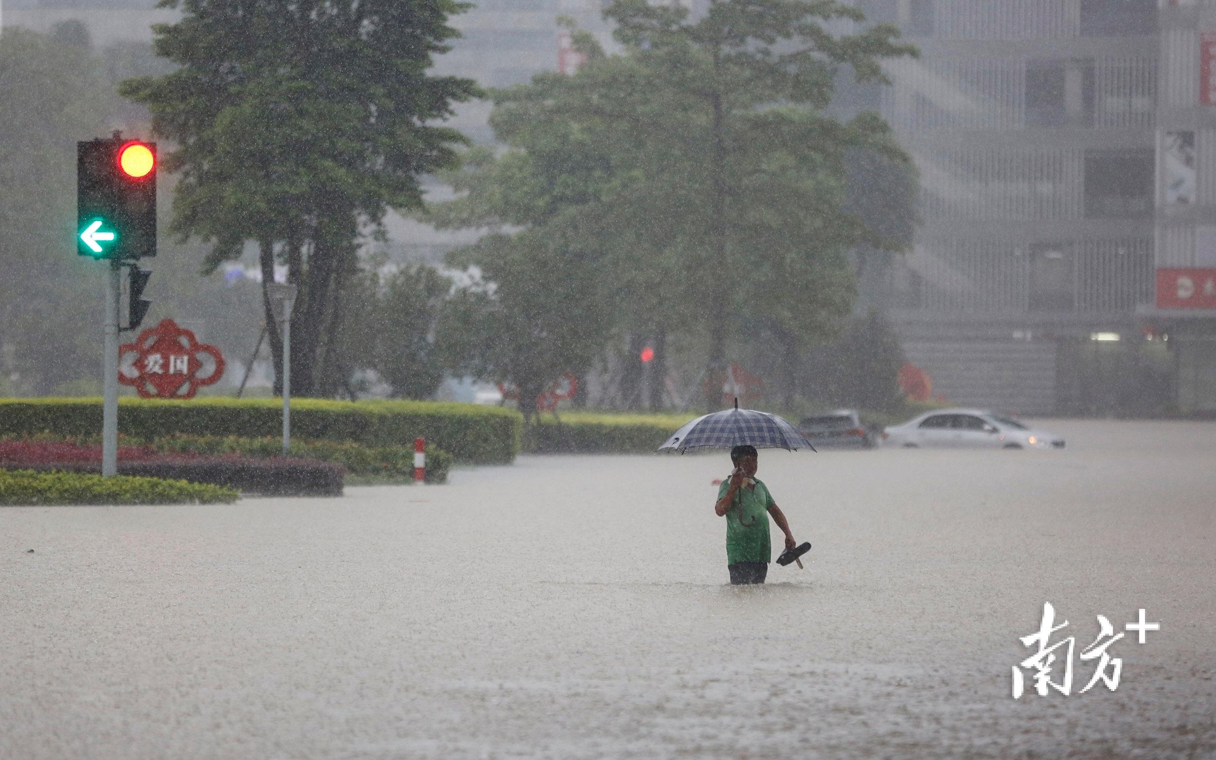 10月10日11时45分,三乡镇兴盛路,雨一直下,积水已经没过路人的膝盖。</p><p>南方+ 叶志文 摄