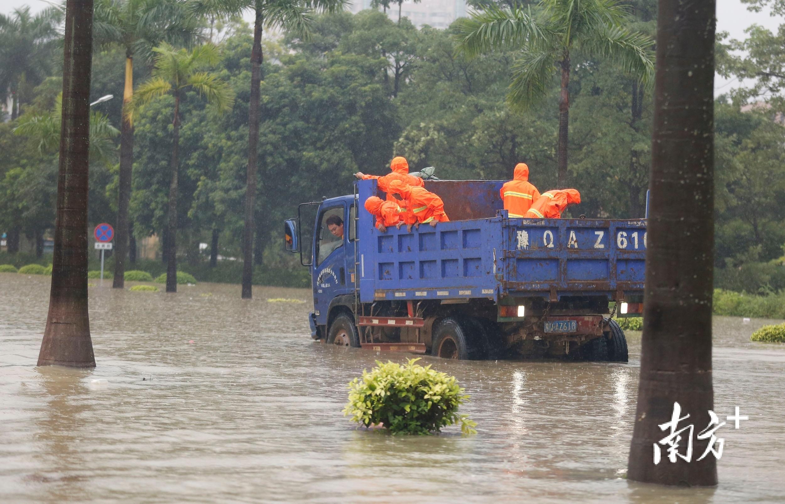 10月10日12时36分,三乡镇新城路,载着环卫工人的卡车准备涉水前行,最终因为积水太深而原路返回。 南方+ 叶志文 摄
