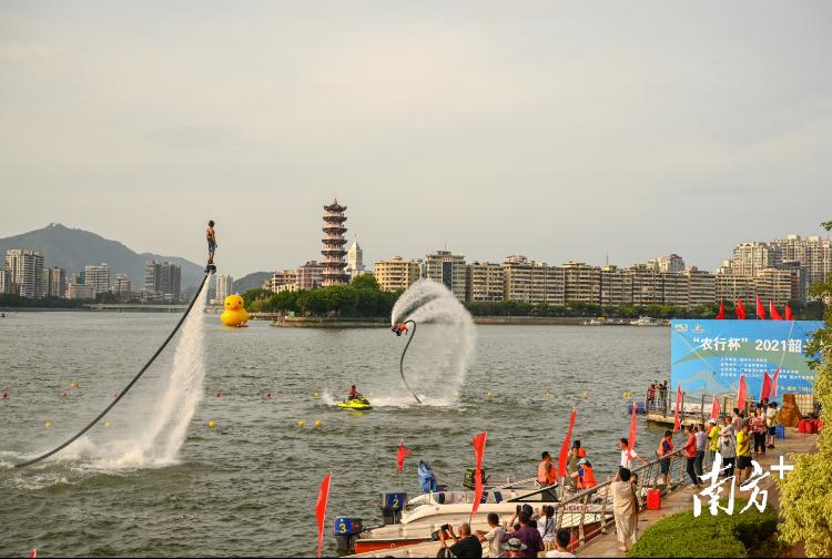 活动现场水上运动暖场表演。