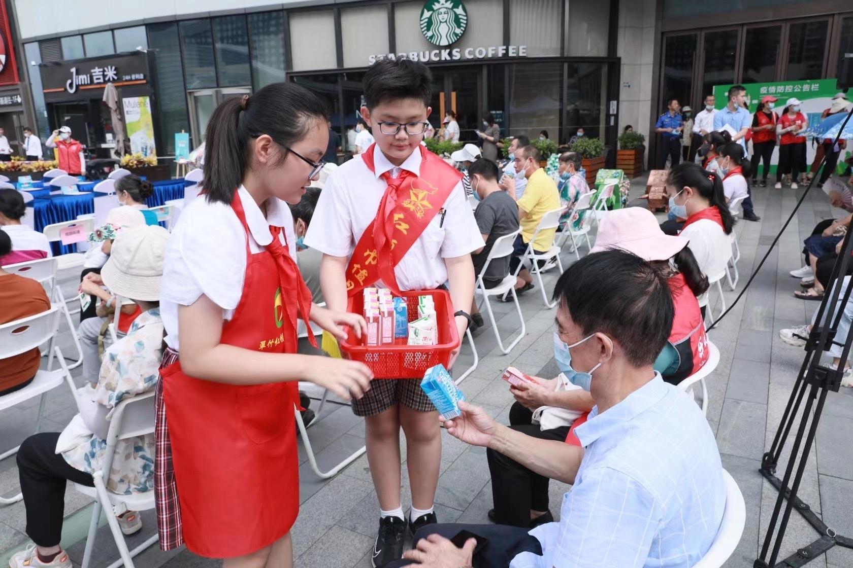 深圳初步构建起涵盖宣传引导、公众教育、学校培育、社会协同、现场督导五大板块的立体宣传督导体系,在全城掀起一场垃圾分类大宣贯热潮。