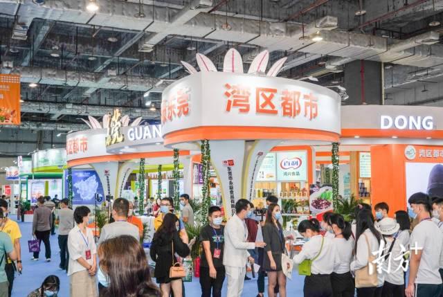 2020中国国际食品及配料博览会展示展销区人流涌动。