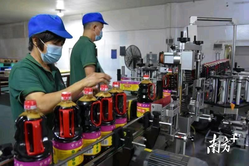 广古调味的生产车间内,工人们正在为广交会积极备货。胡伟亮供图