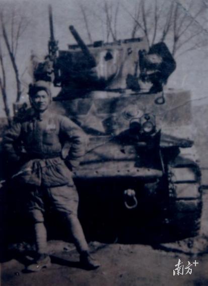 李云祥在坦克前的留影