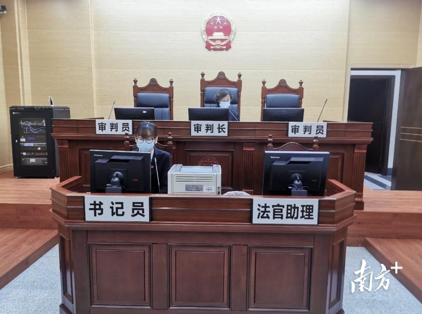 佛山中院法官借助广东法院诉讼服务网的网上调解系统,对因疫情防控无法到庭调解及签署调解协议的当事人开展线上调解。
