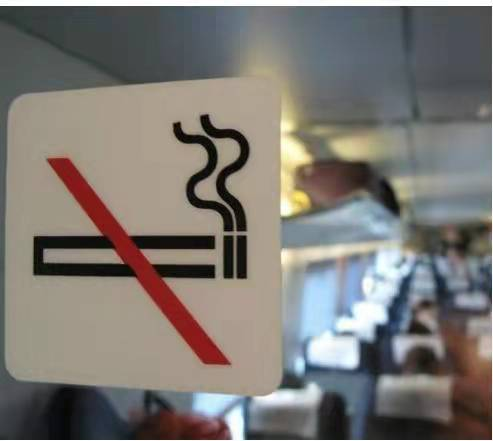 高铁上的禁烟标识。   通讯员 供图